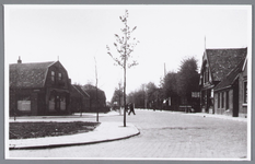 WAT002000611 Dorpsstraat hoek Zaandammerstraat / Zaandammerpad met café van Henk Schoone, later (laatste) Van Bieren, ...