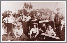 WAT002000521 Medewerkers tijdens bouw van de speeltuinvereniging, vooraan van l.n.r. Van Dam, Agtenius, Jan Houtman, ...