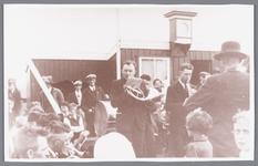 WAT002000526 De speeltuinvereniging ,,Wormer'' tijdens de opening van de uitbreiding in 1938, man met trom Jan Zwart, ...