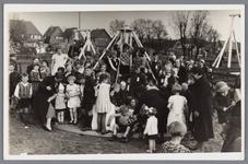 WAT002000527 De speeltuinvereniging ,,Wormer'' tijdens de uitbreiding in 1938. geheel links Jan Dobber, mevrouw. ...
