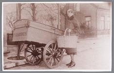 WAT002000540 Antonia Maria (Tony) Kaskes (1909) aan het broodventen met de bakkerskar van haar vader Petrus Antonius ...