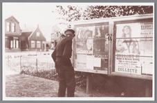 WAT002000622 Piet Nooij bij een aanplakbord waar een poster was opgehangen over het staatspensioen. Zo te zien had hij ...