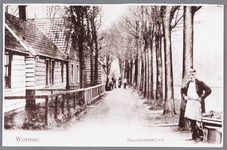 WAT002000631 Het Zaandammerpad met op de achtergrond de Dorpsstraat, omstreeks 1900, met vooraan bakker Gerrit Heijne ...
