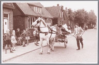 WAT002000641 Waarschijnlijk een bruiloft met paard met wagen.En de kinderen op de foto hebben er zichtbaar plezier in !!!