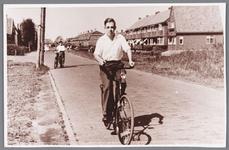 WAT002000644 Dirk Heijne op de fiets, kleinzoon van bakker Gerrit Heijne, bijgenaamd waterbol.