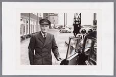 WAT002000646 Jan Blom was op 24 mei 1958, veertig jaar in dienst als directie chauffeur bij van Gelder Zonen NV. ...