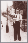 WAT002000648 Willem Hooijschuur (1911) met waarschijnlijk zijn zoon Ben) op de arm.
