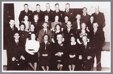 WAT002000656 40 jaar huwelijk Jb. Schoute, met een groep brandweermensen.