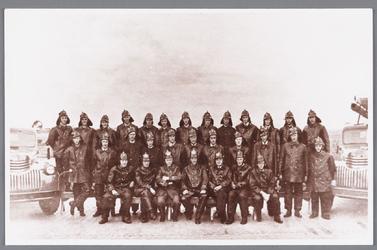 WAT002000657 Groepsfoto van de brandweer in Wormer, 1952.Voorste rij v.l.n.r. H.v.Giessen, J. v/h Kaar, A. ...