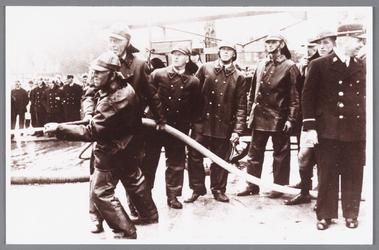 WAT002000659 Oefening van de brandweer van Wormer in Zaandam.V.l.n.r. N. Kuijper, A. Koomen, B. Roosenmijer, A. ...