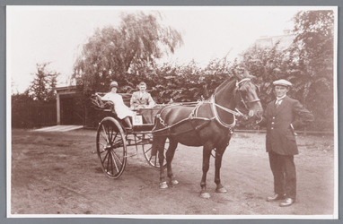 WAT002000674 In de kar Jan Albert Allan (1904) met zijn vrouw Johanna Marie de Boer (1902) en rechts voor Manus Meier.