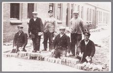 WAT002000683 De gemeente Wormer ging in 1932 de Eendrachtstraat in eigen beheer opnieuw bestraten.Toon Brugmans was ...