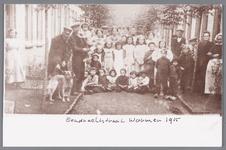 WAT002000696 Groepsfoto met merendeels onbekenden. Links met hond, W. van Kleef, Willem Appel (1885) (met kind op arm), ...