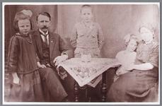 WAT002000697 Familie Klaas de Boer, bijgenaamd 'De Getverdem'. Klaas de Boer was gemeente veldwachter.Foto v.l.n.r . ...