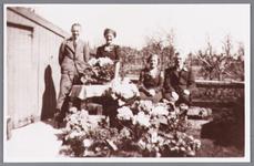 WAT002000715 Familie Wezel uit de Eendrachtstraat, van l.n.r. Willem (Wim) Wezel (1923), Pieternella (Nel) Wezel ...