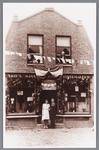 WAT002000766 Manufacturen en kledingwinkel van Cornelis Petrus (Cor) Smit (1918) met vrouw of verloofde tijdens de ...