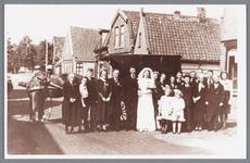 WAT002000768 Dochter van de familie Smit trouwt met Klaas Kingma voor hun textielwinkel.Foto v.l.n.r.; mevrouw ...