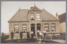 WAT002000773 Dubbel woonhuis, links familie De Ruijter voor de wegsloot.