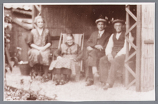 WAT002000812 Achter bij ome Jan Molennaar.Foto v.l.n.r. Jacoba (Coba) Roozendaal (1887), weduwe Rozendaal (meisjesnaam ...