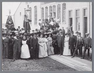 WAT002000816 Het was een drukte van belang bij de ingebruikname van de gasfabriek op 11 juli 1912.Fanfarekorps ...