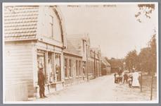 WAT002000789 Willem Hartog (1886) voor zijn Manufacturenwinkel (Dorpsstraat nummer 85) en daarnaast boekhandel Kuijper ...