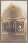 WAT002000791 Manufacturen en kledingwinkel van Willem Hartog (1886) met zijn vader Gerrit Hartog (1854).(voorheen ...