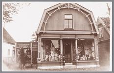 WAT002000792 Kleding en textielwinkel van Willem Hartog (1886) die links op de paard-en Wagen zit.