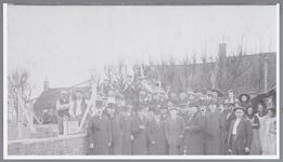 WAT002000814 Eerste steenlegging van gasfabriek (1912-1929) links oude bakkerij van Kaskes. V.l.n.r. vooraan ...