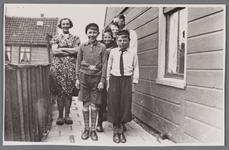 WAT002000950 Familie Vrooland-Bark.Mevrouw Vrooland (meisjesnaam Alberta Bark (1907), vooraan Sjors van Dam, Egge ...