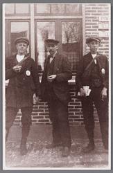 WAT002001013 Voor het tweede postkantoor van Wormer (1921-1939) zien we hier v.l.n.r. Jan Ranshuizen (schimmel), ...