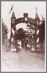 WAT002001028 Erepoort voor de gereformeerde kerk t.g.v. 25-jarig regeringsjubileum van koningin Wilhelmina. Opschrift: ...