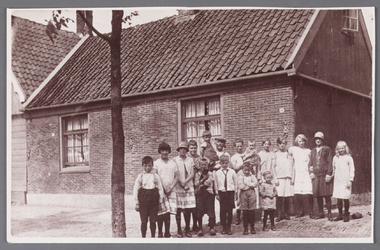 WAT002001045 Dit huis stond vroeger aan de Dorpsstraat (nu 203 en 205) tussen de gereformeerde kerk en de ...