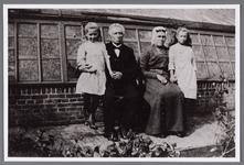 WAT002001058 Tuinder Martinus (Maarten) Koelemeijer (1867) met zijn vrouw Johanna (Jannetje) Wortel (1870)