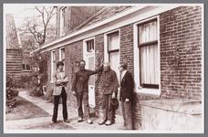WAT002001059 Boerderij van Oude Toon Meijer, met v.l.n.r., Cees Meijer, Piet Meijer, bewoner, zoon van Toon en Jan van ...