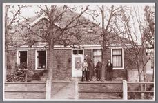 WAT002001060 Boerderij van Oude Toon Meijer, met v.l.n.r., Cees Meijer, Piet Meijer, bewoner, zoon van Toon en Jan van ...