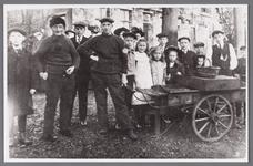 WAT002001080 Visserman Jan Roos (1854) met zijn zoon Pieter (Piet) Roos (1893) met hun viskar.