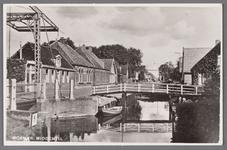 WAT002001092 De Middentil in de Dorpsstraat, nadat vanaf 1912 een groot gedeelte van de wegsloot was gedempt, vormde ...