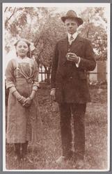 WAT002001097 Petronella Elisabeth (Nellie) Randshuizen (1901) met haar broer Johannes Ferdinandus (Jan) Randshuizen (1896)
