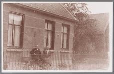 WAT002001100 Nicolaas Dudock (1885) met zijn vrouw Eva Kramer (1891) voor hun huis naast het huis van Koelemeijer.