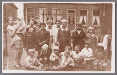 WAT002001105 Buurtkinderen op het pad voor het Verenigingsgebouw St.Jozef.Achter v.l.n.r. Wil Leeuwrink met haar zusje ...