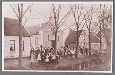 WAT002001020 Gereformeerde kerk ''de Tempel'' aan de Dorpsstraat 199.Eerste steen is gelegd op 31 mei 1905.V.l.n.r. ...