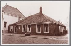 WAT002001049 Rechts, stolpboerderij naast de voormalig burgemeesterswoning.