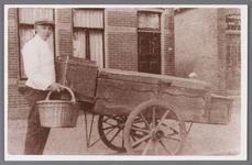WAT002001101 Bakkersknecht van bakker Kaskes, Hendricus (Hennie) Dudock (1915) Met op de achtergrond Dorpsstraat nummer ...