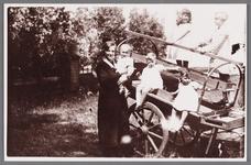 WAT002001175 Gezin van Henricus Floore en Nelletje Kruiver. Foto rechts, staand v.l.n.r. Coba Schoorl en Cornelia ...