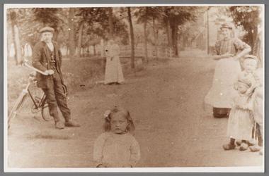 WAT002001246 Met fiets Jaap Stam, rechts mevrouw Geugjes (meisjesnaam Geertje Schaatsbergen (1889) , kind midden ...
