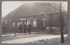 WAT002001248 Mariahoeve van de familie De Lange. links Cor (1904), Cees (1891) en Willem (1902) de Lange. Het jonge ...