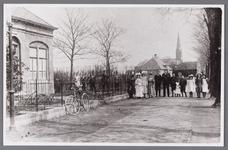 WAT002001258 Links de dokterswoning waarin dokter Willem de Booij (1858) zijn praktijk uitoefende.Eén van de dames in ...