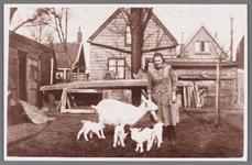 WAT002001282 Mevrouw Siekerman-van Saane (meisjesnaam Neeltje van Saane) (1897) met geiten vierling achter haar huis.