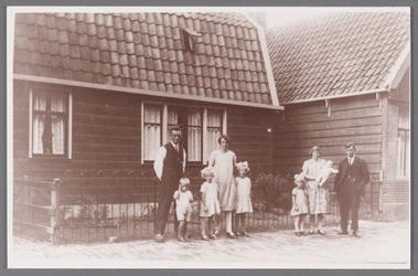 WAT002001299 Foto genomen voor het huis van de familie Beudeker.Foto v.l.n.r. Gerrit Beudeker (1898), Klaas Beudeker ...