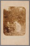 WAT002001303 V.l.n.r. Klaas de Groot (1919), Gerrit de Groot en mevrouw de Groot (meisjesnaam Maartje Holkamp (1877) ...